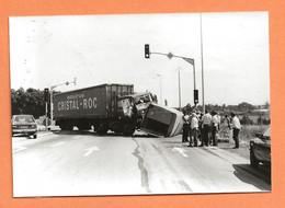 PHOTO ORIGINALE 1983 VERNEUIL Sur AVRE - ACCIDENT DE CAMION DAF EAU CRISTAL ROC + SIMCA HORIZON - CRASH TRUCK - Automobiles