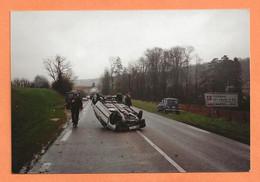 PHOTO ORIGINALE - ACCIDENT DE VOITURE A IDENTIFIER + RENAULT 4L DE GENDARMERIE - CRASH CAR - Automobiles
