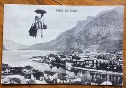SALUTI DA LECCO  - PANORAMA CON COPPIA IN VOLO CON VALIGIA ED OMBRELLO - VIAGGIATA 1908 - Other