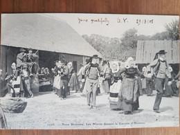 Noce Bretonne.les Mariés Dansant La Gavotte D'honneur.coiffes Costumes Bretons.édition Villard 1126 - Unclassified
