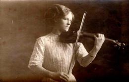 Carte Photo Originale Jeune Et Jolie Violoniste Jouant Du Violon Vers 1900/10 - Musique Et Musicienne - Personas Anónimos