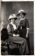 Carte Photo Studio Originale Duo Féminin Pour Jeunes Sœurs Aux Jolis Chapeaux Paille & Tissus Vs 1900/10 Correspondance - Personas Anónimos