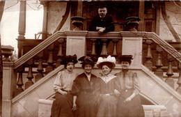 Amusante Carte Photo Originale Jeune Dresseur à La Baguette Ou Badine Et Ses 4 Jeunes Prétendantes Au Parc En 1908 Macho - Personas Anónimos