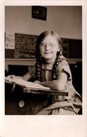 Carte Photo Originale Scolaire, Petite Ecolière à Lunettes De Heppens (Wilhelmshaven) S'exerçant à La Lecture En 1932 - Personas Anónimos