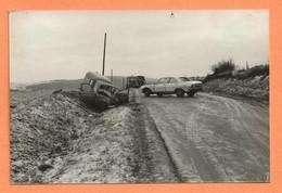 PHOTO ORIGINALE - ACCIDENT DE VOITURE RENAULT 4L FOURGONNETTE + PEUGEOT 504 + CITROEN TUBE TYPE H - R4 R 4 - CRASH CAR - Auto's