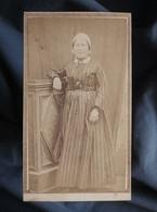 Photo CDV Anonyme - Femme En Pied, Robe à Rayures, Coiffe Type Régional,  Circa 1865 L547 - Alte (vor 1900)