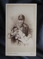 Photo CDV Taeschler à Basel, Lyon  Jeune Femme Assise Avec Un Bébé (Suzanne 3 Mois) Dans Les Bras  1882 - L547 - Antiche (ante 1900)