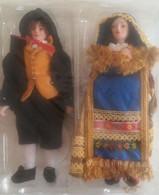 Coppia Di Bambole Regionali Ancora In Confezione Con Costumi Regionali Tradizionali Anni 80/90 (246) Ancora Sigillatate - Poupées