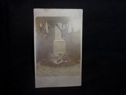 A Identifier. A Localiser. Carte Photo . Tirage Privé .Monument Aux Morts . Voir 2 Scans . - A Identificar