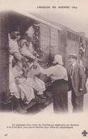 Chemin De Fer Au Passage D'un Train Les Tirailleurs Algériens ..., Une Jeune Femme Leur Offre Du Champagne - Guerra 1914-18