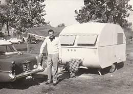 11690.  Fotografia Vintage Uomo Con Auto Car E Roulotte Camping Del Touring Club Parigi 1960 - 10x7 - Automobili