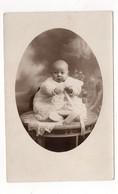 PHOTO-CARTE - Portrait De Bébé En Robe De Baptème : A Identifier (V37) - Fotografia