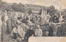 14 LISIEUX UN DES NOMBREUX GROUPE DE SOLDATS VENUS PRIER SUR LA TOMBE DE SOEUR THERESE - Lisieux