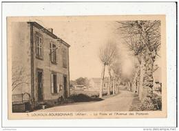 03 LOUROUX BOURBONNAIS LA POSTE ET L AVENUE DES PLATANES CPA BON ETAT - Autres Communes