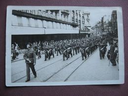 Idem CPA PHOTO Collot 131 X 89 Mm 21 DIJON Défilé Militaire Rue De La Liberté MAGASINS MODERNES Et COIN DU MIROIR - Oorlog, Militair