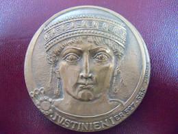Médaille De Table Justinien 1er Signée R ANDREI Notariat Francais. Bronze 1973. - Other