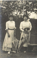 Carte Photo Deux Jeunes Femmes ( Mère Et Fille) Et Leur Chien RV - Fotografia
