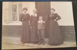 Carte Postale Photo De Famille Habits D'époque Femmes Enfant Devant Une Maison 1907 - Zonder Classificatie