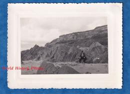 Photo Ancienne Snapshot - Secteur DIELETTE - Portrait D'un Homme Prés De Rocher - Patrimoine Manche Flamanville Géologie - Lieux