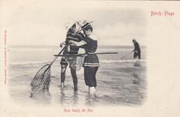 BERCK-PLAGE (Pas De Calais): Aux Bains De Mer (Pêcheurs Avec Des Pousseux) - Berck
