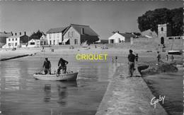 85 Noirmoutier, Le Vieil, La Plage, Pêcheurs En Barque Sur La Jetée Au 1er Plan - Ile De Noirmoutier