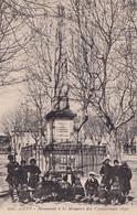 A14-83) AUPS (VAR) MONUMENT A LA MEMOIRE DES COMBATTANS 1870 - ( TRES ANIMEE - HABITANTS - 2 SCANS ) - Aups