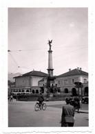 Photo Originale Rue Animée, Vélo & Tramway à Innsbruck Ville En Autriche 1937 Fontaine Obélisque à Identifier - Insbruch - Places