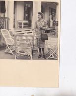 Photo De Particulier Vichy 1943 Une Femme Dans La Cour Interieur De L'Aero Club De Vichy Réf 4801 - Anonymous Persons