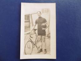 CYCLISME  - Carte Photo Cycliste Avec Son Vélo Et Son Casque - Ciclismo
