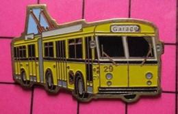 SP05 Pin's Pins / Beau Et Rare / THEME : TRANSPORTS / AUTOBUS URBAIN ARTICULE ELECTRIQUE JAUNE GARAGE Numéroté 122 - Trasporti