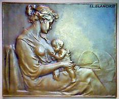 Femme Allaitant Un Enfant. Médaille. - Altri