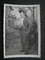 UDINE 1952 UOMO TRAVESTITO TRAVESTIMENTO COWBOY HOMME MAN PISTOL GUN PISTOLA - Personas Anónimos