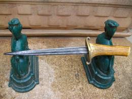 Ancien Véritable Couteau De Tranchée  Guerre 14 / 18 Fabrication De Poilu Garde Rivetée Sur Le Manche - Armi Bianche
