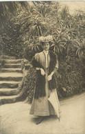 Carte Photo Belle Jeune Femme Chapeau Fleuri Toilette Parapluie Devant Un Jardin Luxuriant  à Monte Carlo RV - Fotografia