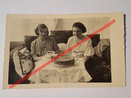 Photo Vintage. Original. Deux Filles Boivent Du Thé Avec Un Gâteau. Lettonie D'avant-guerre - Oggetti