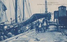 Cpa Granville 50 Manche  Déchargement De Morue De L'ESSOR Coulé En 1932 Ar Chuinard   Femmes Au Travail - Granville