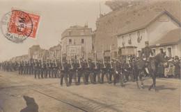 Granville  14 Juillet 1911 Défilé Sur Le Port Devant Ancienne Gare Du Tram Militaires Et Foule Beau Plan éditeur Moulin - Granville