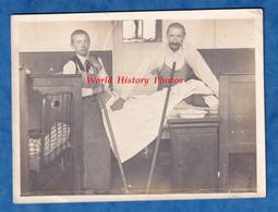 Photo Ancienne Vers 1900 - Secteur DEAUVILLE / PONT L EVEQUE - Dortoir D' école ? Enfant & Homme Prés D'un Lit - Garçon - Professions