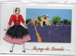 Double Carte Neuve Avec Enveloppe - Au Pays Des Lavandes - Corsage Brodé Et Jupe En Tissu Et Dentelle (V194) - Altri