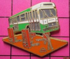SP01 Pin's Pins / Beau Et Rare / THEME : TRANSPORTS / AUTOBUS URBAINEN REPARATION AU GARAGE Par AMC Tirage 250 Ex - Transportation