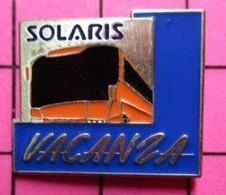 SP02 Pin's Pins / Beau Et Rare / THEME : TRANSPORTS / AUTOBUS ROUTIER ORANGE SOLARIS VACANZA - Transportation