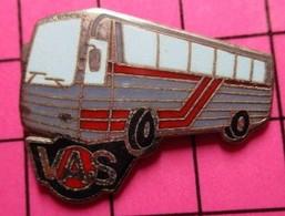 SP02 Pin's Pins / Beau Et Rare / THEME : TRANSPORTS / AUTOBUS ROUTIER GRIS ET ROUGE VAS - Transportation