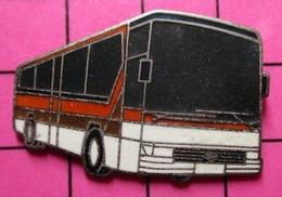SP03 Pin's Pins / Beau Et Rare / THEME : TRANSPORTS / AUTOBUS ROUTIER BLANC ET ROUGE Par CAB - Trasporti
