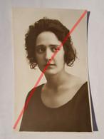 Photo Vintage. Original. Mode. Une Fille Avec Une Belle Coiffure Et Une Belle Robe. Lettonie D'avant-guerre - Oggetti