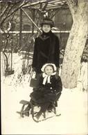 Photo CPA Frau Mit Hut Und Wintermantel, Mädchen Auf Einem Schlitten, Handtasche - Unclassified
