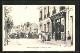 CPA Auvers-sur-Oise, Sortie Des Ecoles, Pharmacie - Auvers Sur Oise
