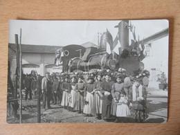 Carte Photo, Très Beau Char Cérémoniel Formant Une Locomotive à Vapeur Taille Réelle - Carte Animée, J. A. Bédouin Nîmes - Trenes