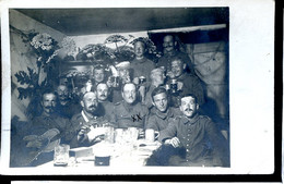 Guerre 14-18 Soldats Ennemis Dans Une Cagna Groupe De Soldats Allemands Carte-photo Ecrite Au Dos - Guerre 1914-18