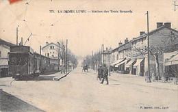 69 - TASSIN LA DEMI LUNE ( LYON ) Station De TRAMWAY Des TROIS RENARDS ( Animation )  Jolie CPA - Rhône - Other