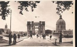 31 - Toulouse - Entree Du Pont Suspendu --- Au Fond, Le Dome De La Grave Et L'Eglise Saint - Nicolas - Toulouse